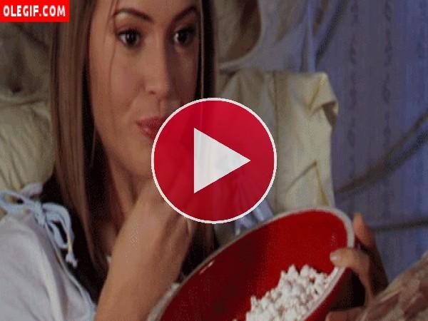 Alyssa Milano comiendo palomitas