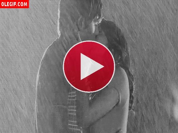 GIF: Beso bajo la lluvia