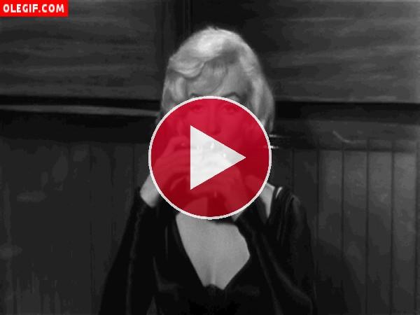Marilyn Monroe echando un trago