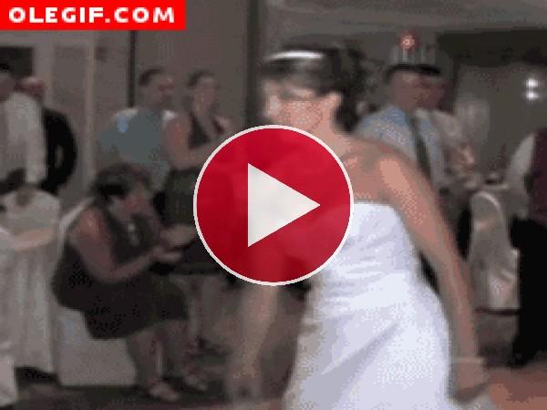 GIF: Novia tirando el ramo