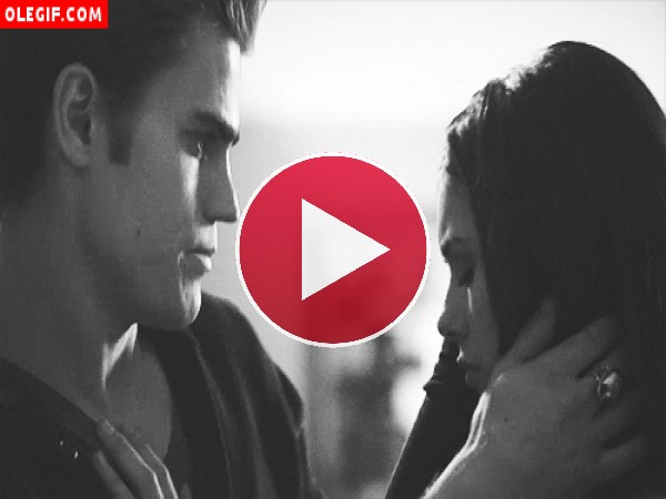 GIF: Beso vampírico (The Vampire Diaries)