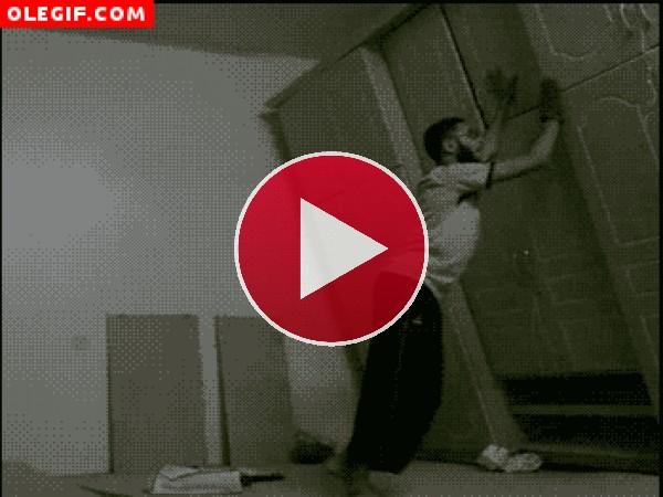 GIF: Cuidado con el armario