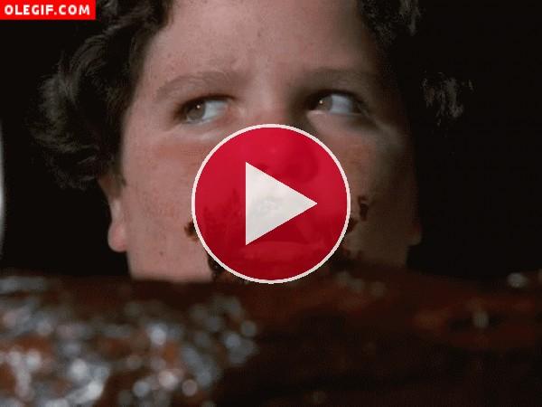 Niño comiendo pastel de chocolate