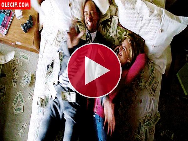 GIF: Dinero cayendo sobre una cama