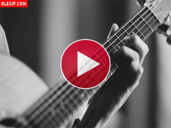 GIF: Tocando una guitarra