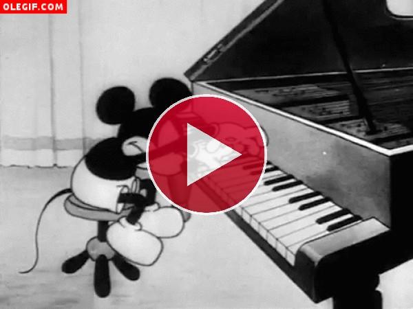GIF: Mickey Mouse tocando el piano