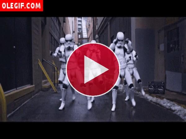 GIF: Soldados imperiales bailando (Star Wars)
