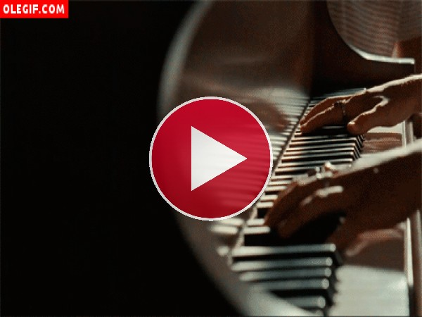Manos tocando un piano