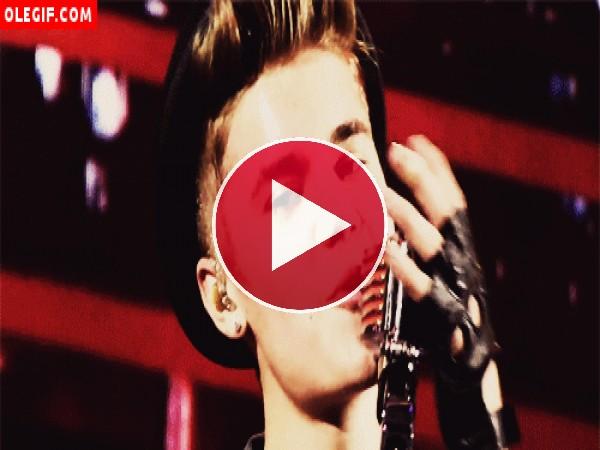 GIF: Justin Bieber cantando