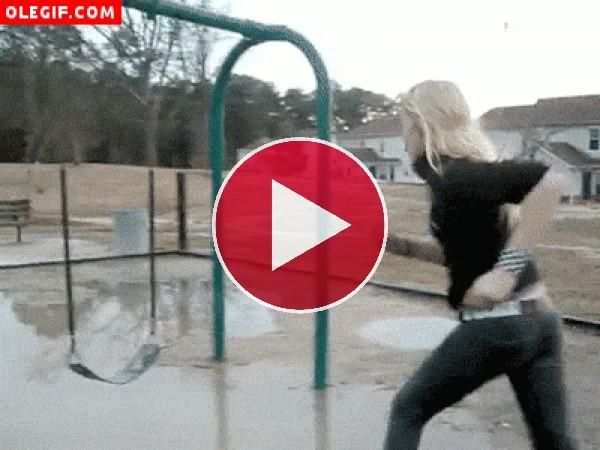 Chica cayendo de un columpio