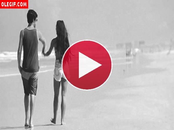 GIF: Pareja paseando por una playa