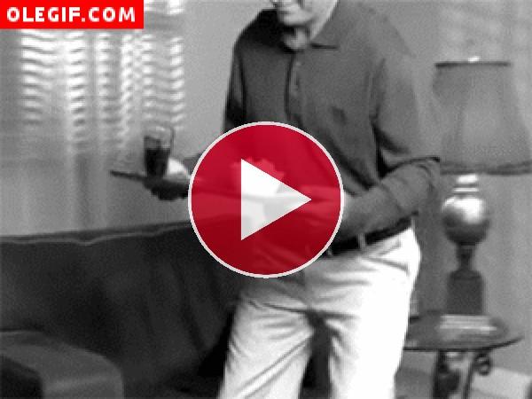GIF: Hombre volcando la bandeja