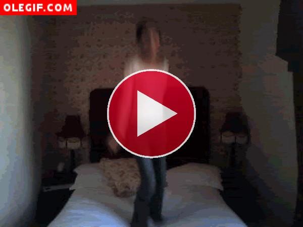 GIF: Chica saltando sobre la cama
