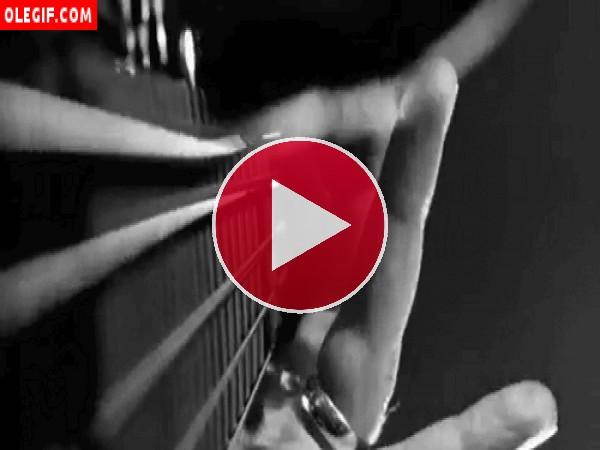 Dedos tocando una guitarra