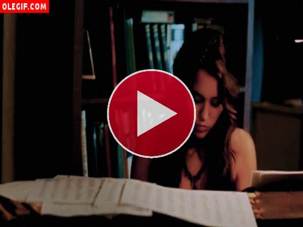 GIF: Miley Cyrus tocando el piano