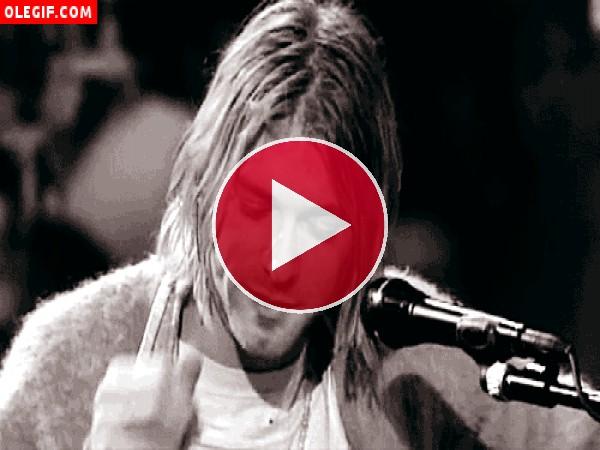 Kurt Cobain tocándose el pelo