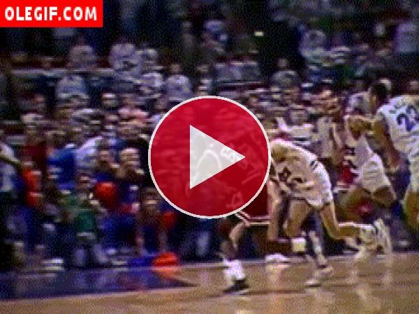 GIF: Michael Jordan metiendo canasta