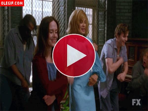 GIF: Bailando en el manicomio (American Horror Story)