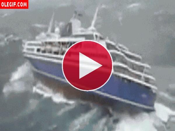 Barco tambaleándose en el mar