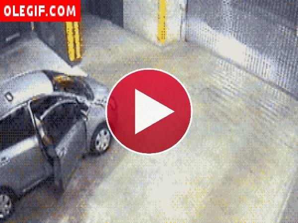 Coche chocando en un garaje