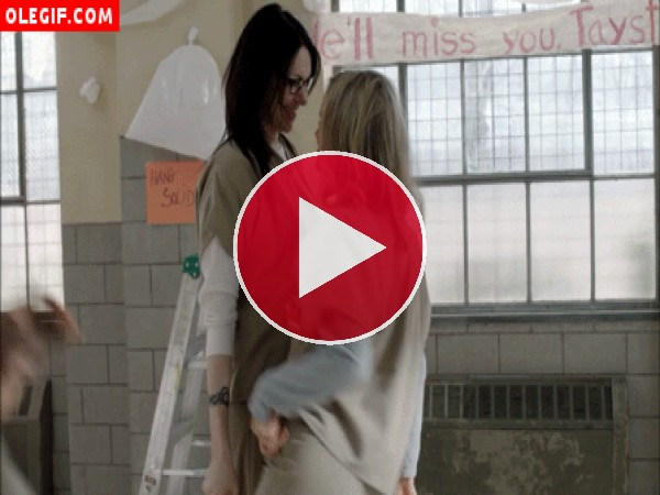 GIF: Piper y Alex bailando (Orange Is The New Black)