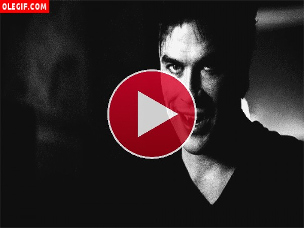 GIF: Damon Salvatore relamiéndose (The Vampire Diaries)