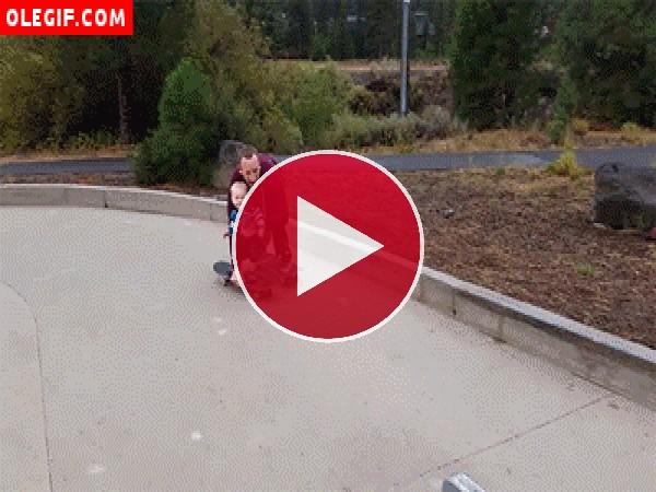 GIF: Bebé montando en skate