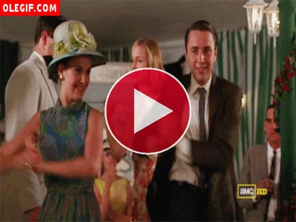 Vaya bailecito se marcan Peter y su mujer Trudy (Mad Men)