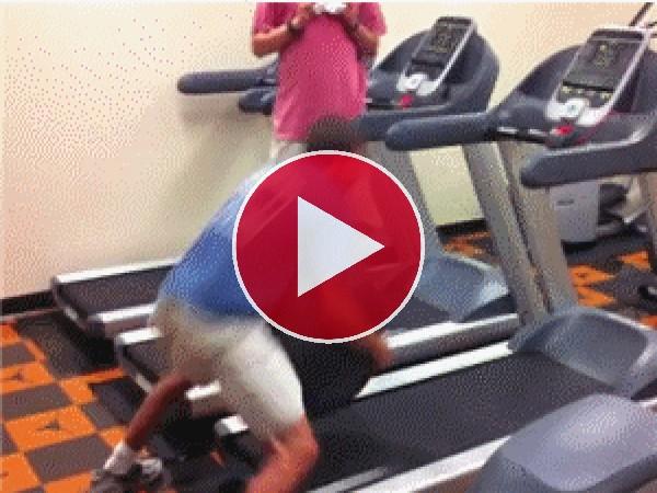 Menuda habilidad tiene este hombre, que da una voltereta sobre la cinta de correr