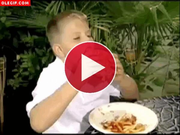 GIF: A este niño le importan un carajo las manchas de kétchup, él disfruta de su hamburguesa