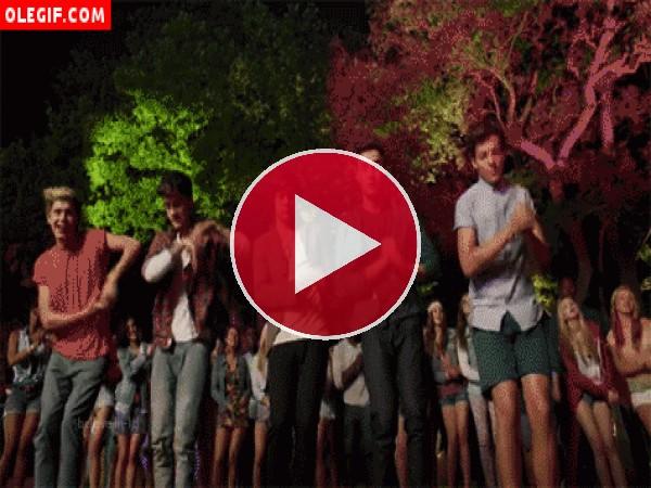 GIF: Qué bien mueven el esqueleto los chicos de One Direction