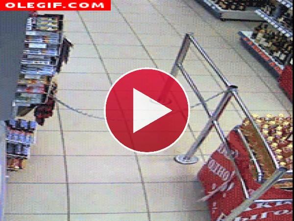 Mira la que lía este chico en el supermercado