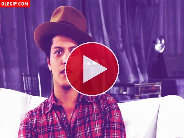 GIF: Pero qué bien guiña el ojo Bruno Mars