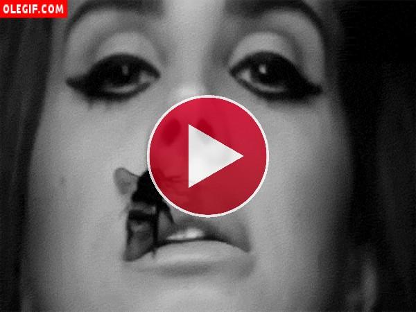 GIF: Lana Del Rey prefiere aumentar sus labios con una picadura de abeja, que inyectarse silicona