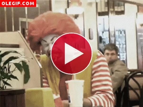GIF: Al payaso Ronald McDonald no le gustan las hamburguesas del McDonald´s