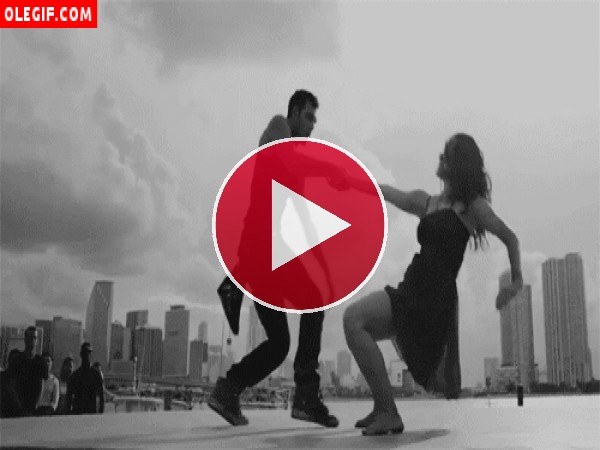 GIF: Se palpa la pasión en esta pareja de bailarines