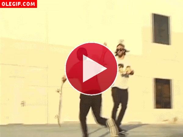 GIF: Al mínimo despiste sobre el skate... te puede pasar lo mismo que a este chico