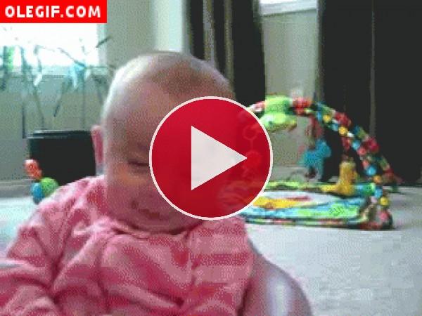 GIF: Este bebé pasa de la alegría al llanto en un pis pas