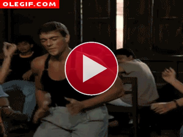 GIF: A ver quién es capaz de hacer el movimiento sexi de Jean-Claude Van Damme