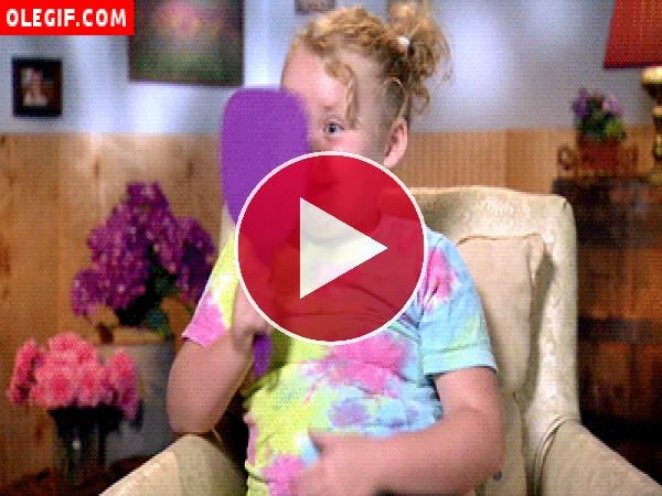 GIF: Esta niña se agita al mirarse al espejo