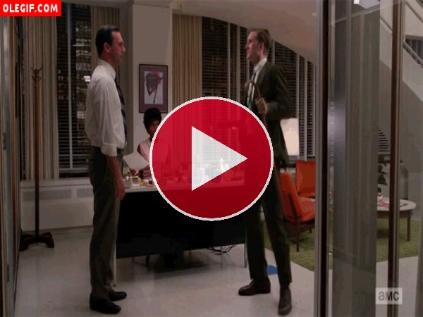 GIF: Don Draper está flipando con el bailecito de Kenneth (Mad Men)