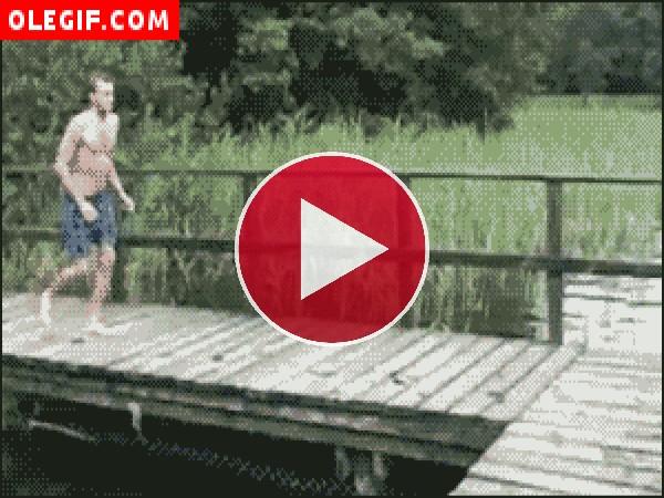 Mirad qué golpe se pega este chico al saltar al agua