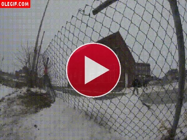 GIF: Ni la valla ha frenado la caída de este esquiador