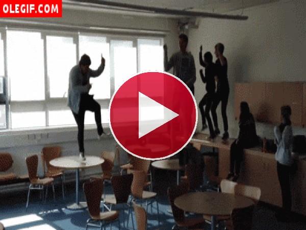 GIF: Esto pasa por bailar sobre una mesa