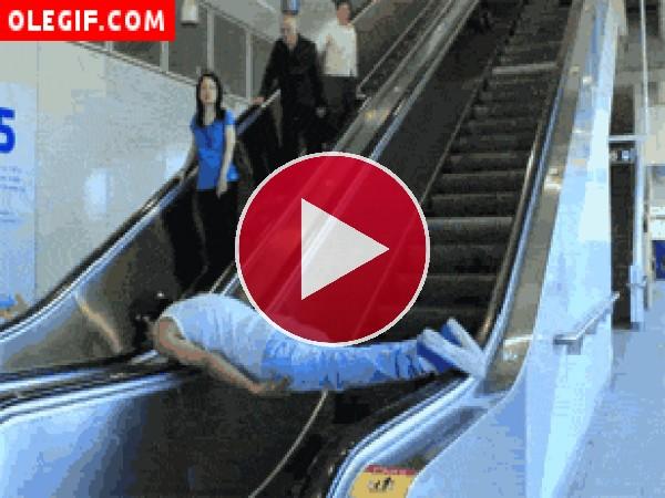 Una original manera de subir por unas escaleras mecánicas