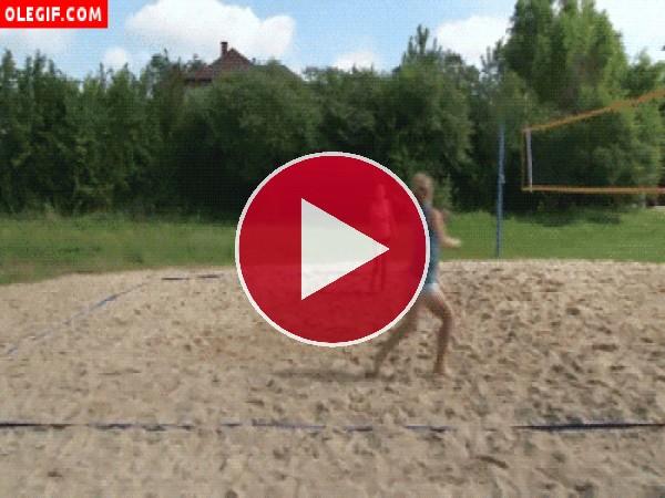 GIF: Caída inoportuna jugando al voleibol