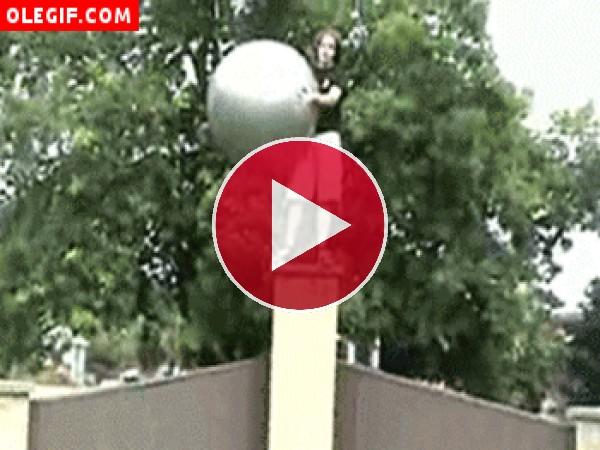 GIF: Esto es lo que pasa cuando se practica caída libre sobre una pelota