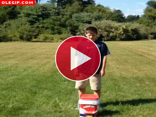 GIF: Este niño se suma a la moda del cubo de agua fría