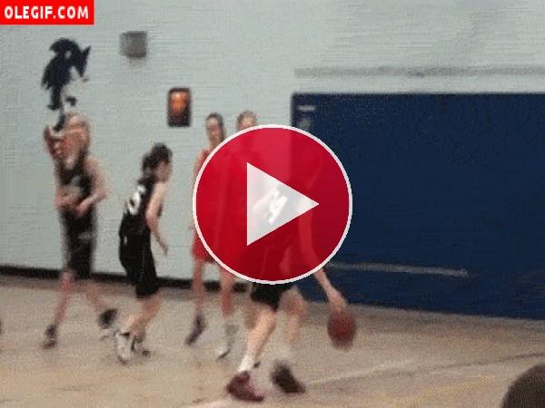 Mirad cómo se cae esta chica en un partido de baloncesto
