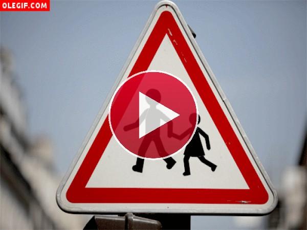 GIF: Los muñecos de la señal de tráfico se van de paseo